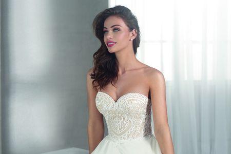 Conoce los vestidos de novia con texturas y matices de color de Fara Sposa para el 2019