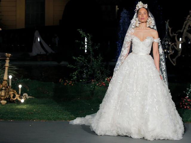 Los románticos vestidos de novia 2020 de Marchesa enamoran con su juego de texturas