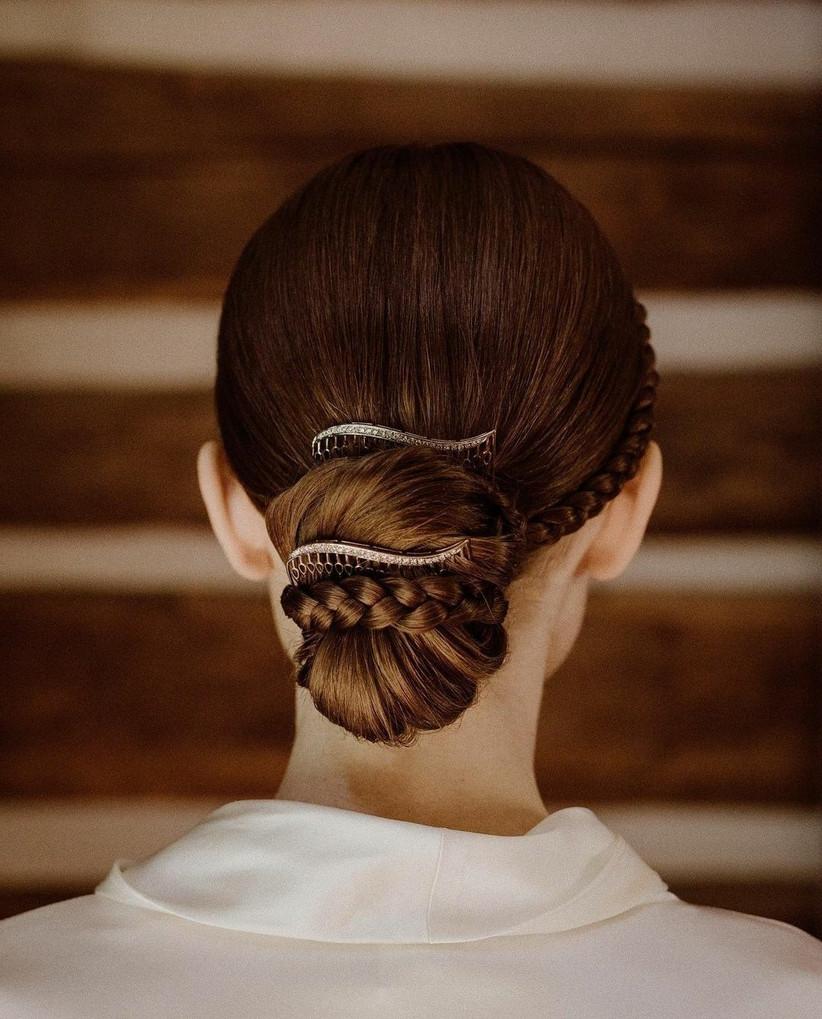 detalle del peinado de novia de Lily Collins
