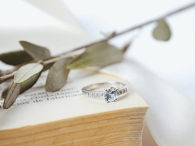 Anillos de compromiso: descubran el significado de cada piedra para una elección de lujo