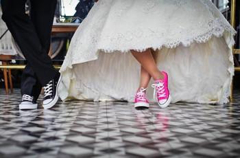 Cuando las zapatillas regalonas del novio no pueden faltar ni para el día del matrimonio