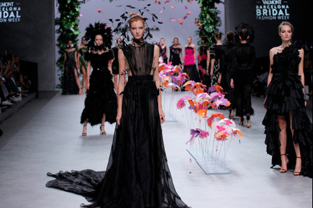 Los vestidos de fiesta 2020 de Carla Ruiz evocan el majestuoso vuelo de las aves