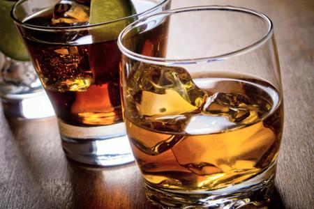 Bar de whisky: un toque de elegancia a su banquete de matrimonio