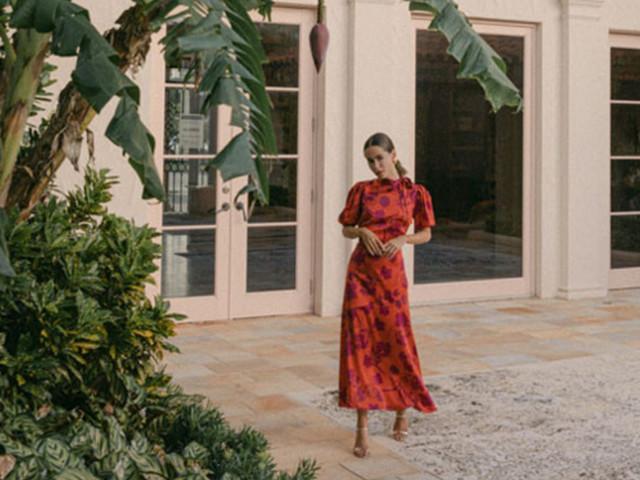 El vestidos de fiesta perfecto del 2021 llega con la firma de Monique Lhuillier. ¡Conócelo!