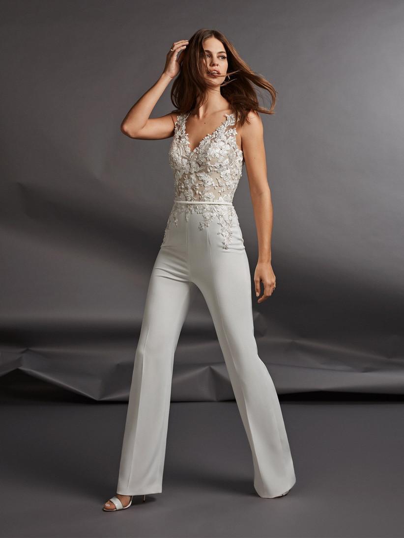 096e23dc5 Novias con pantalón: ¿Cuál de estos diseños elegirías?