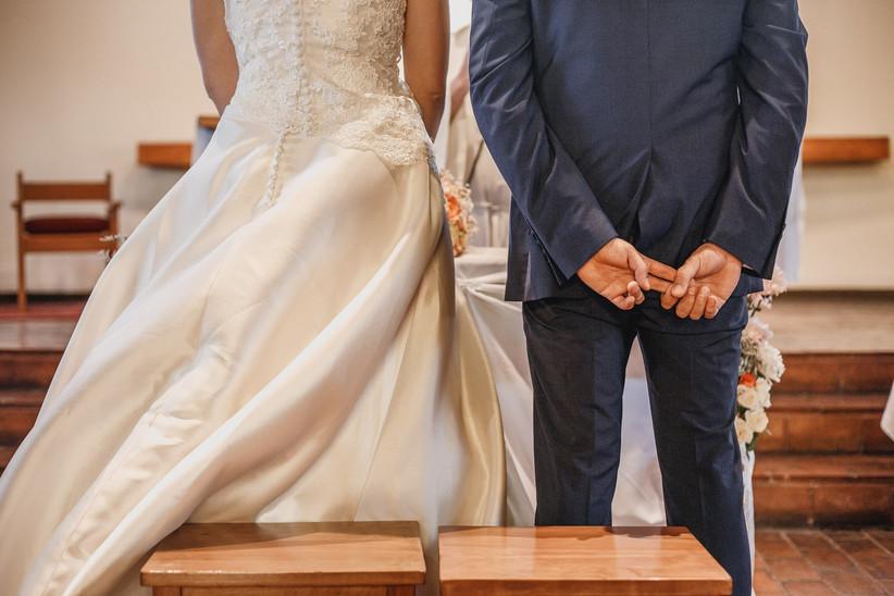 pareja de novios en la ceremonia por la Iglesia