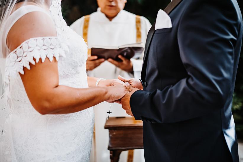 novios tomados de la mano en la ceremonia