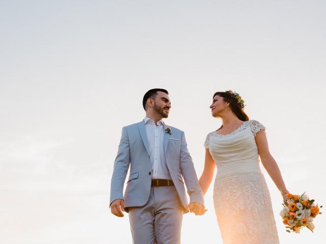 Trajes de novio para un matrimonio en la playa: descubre la mejor tenida para ti