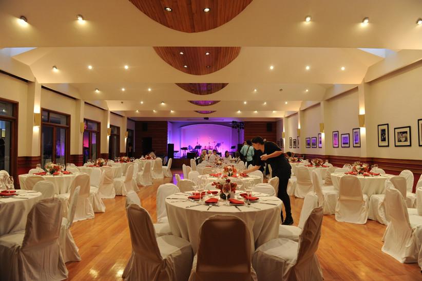 Club Suizo - Interior con decoración matrimonio en sala