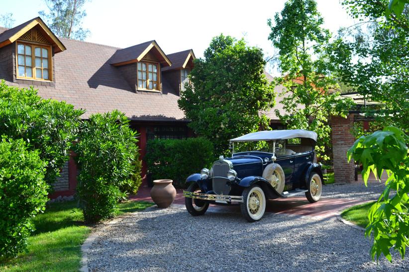 Casona Santa Micaela -  Fachada edificio y vehículo clásico de matrimonio