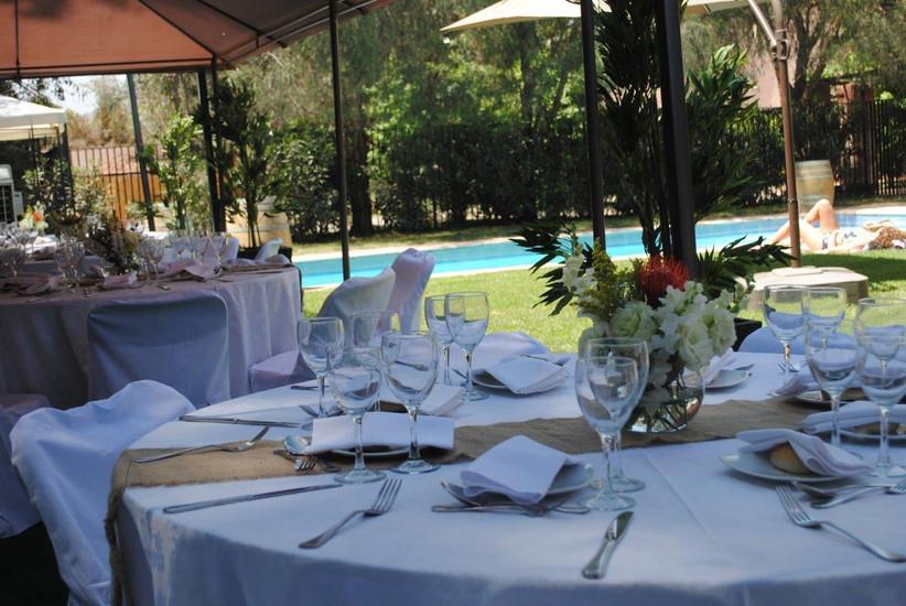 Casona Santa Micaela - Detalle mesa exterior con vistas a piscina