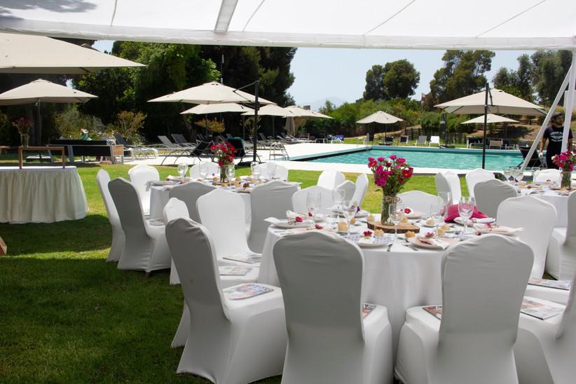 Hotel Marbella Resort - Detalle de mesas y exterior con Piscina