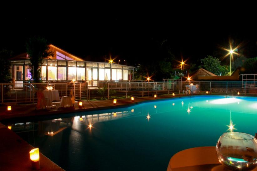 Centro de Eventos Aire Puro - Zona piscina y vistas al edificio
