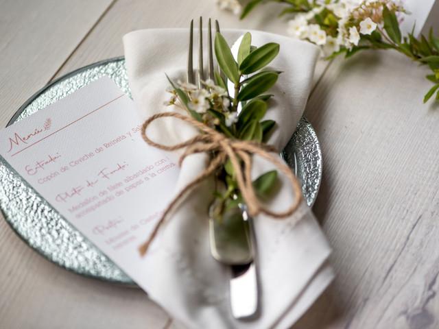 ¿Cómo poner la servilleta en la mesa de matrimonio?