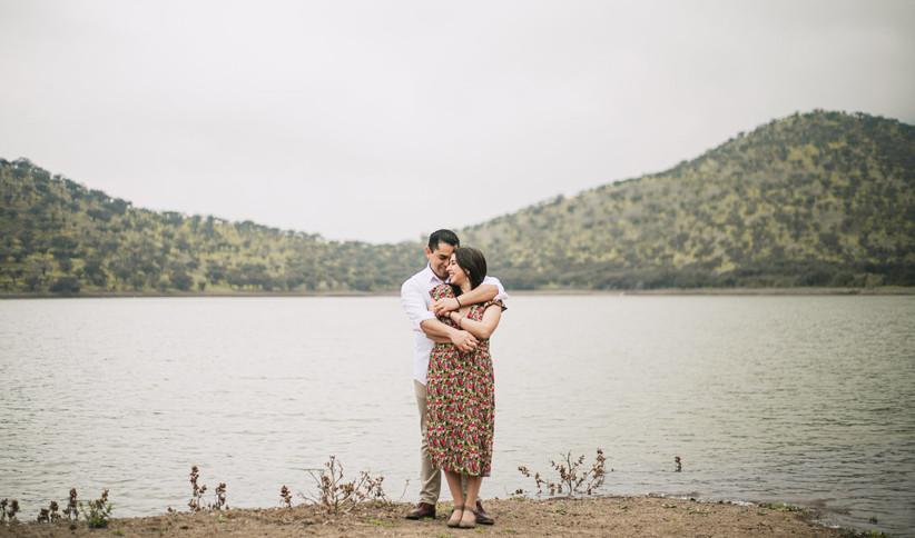 pareja en un lago