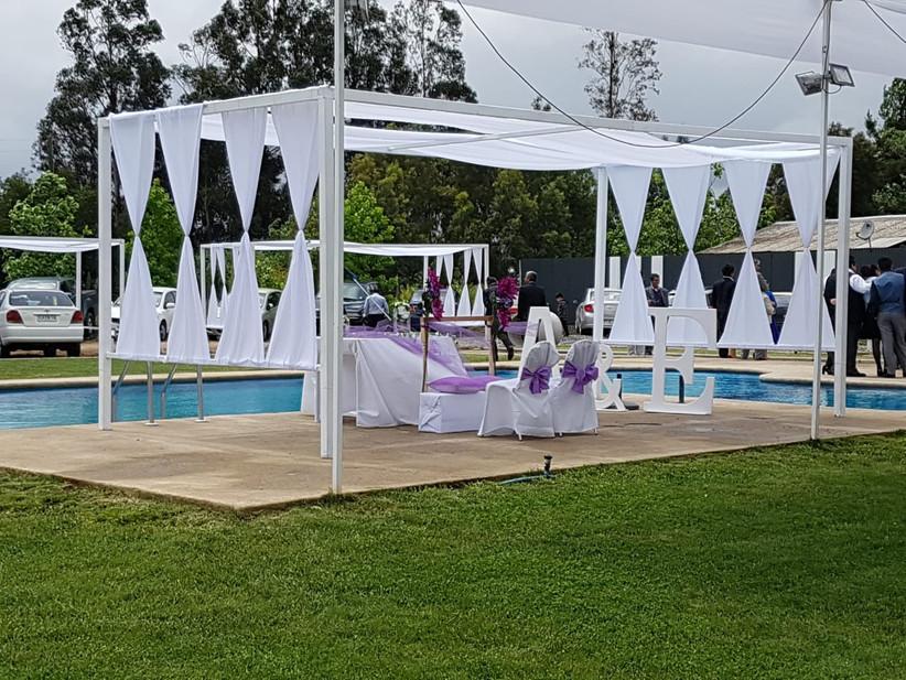 Centro de Eventos Altos de Colín - Carpa para ceremonia junto a piscina