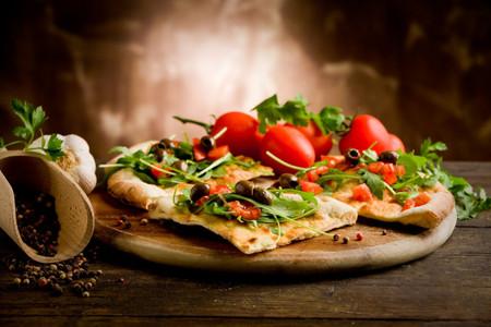 Por qué la pizza es la reina del trasnoche (y del bajón) de la fiesta
