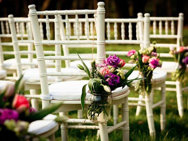 Ideas para decorar las sillas de su matrimonio ¿cintas o flores?