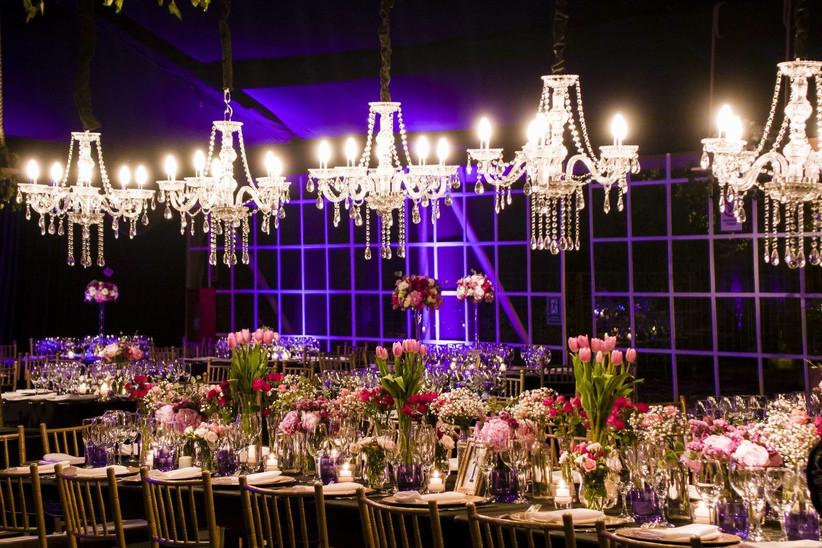 Carla Fischer -  iluminación y detalles florales y mantelería sobre mesa