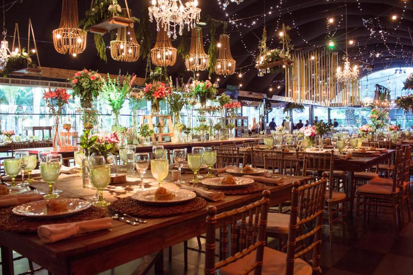 Eventos Torres de Paine - iluminación y detalles florales sobre sala