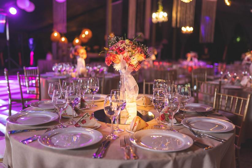 Casona Lonquén - Detalle manteleria y decoración floral sobre mesa