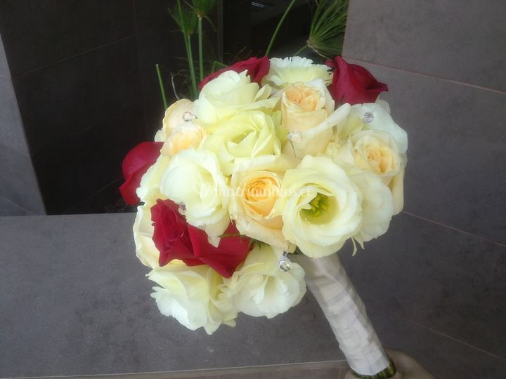 Ramo lisianthum y rosas
