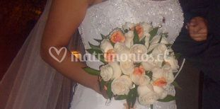 Novia con ramo de rosas blancas y flores rosa