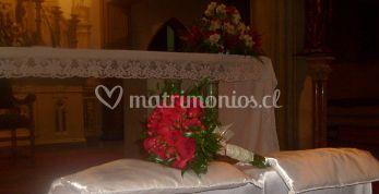 Ramo de rosas rojasa con lazos blancos