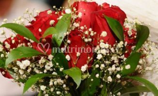 Ramo de rosas rojas con detalles blancos