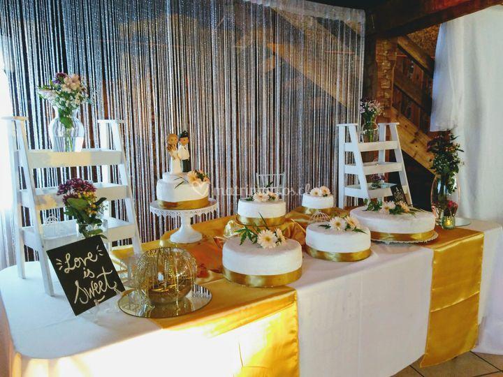 Mesa de la torta en dorado