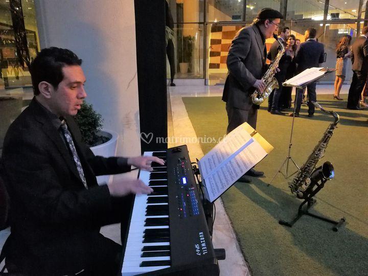 Saxofón y piano para el cóctel