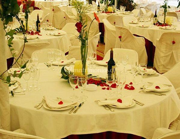 Mesas con petalos de rosas