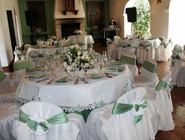 Mesa en blanco con detalles de seda verde