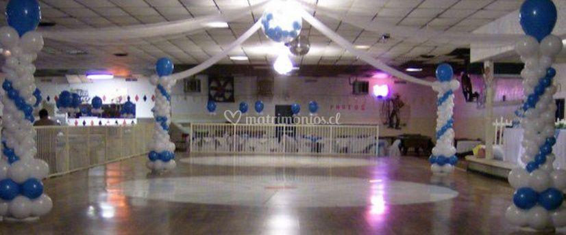 Salon ambientado con globos azules y blancos
