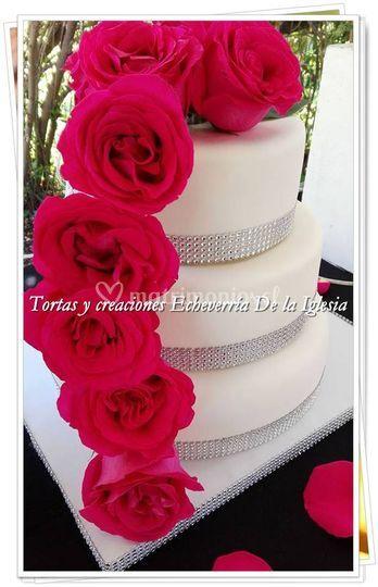 Torta con rosas fucsias