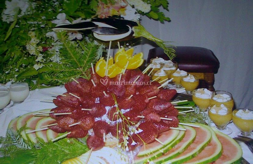 Pinchos de frutillas con naranjas y sandia