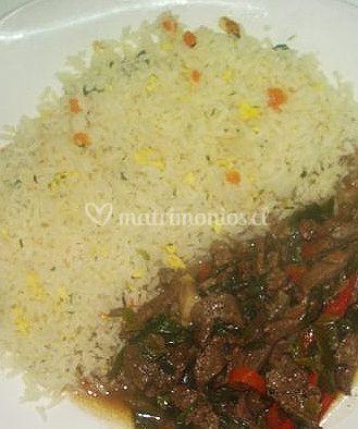 Arroz con cebolla y carne asada