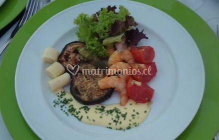 Plato con vegetales y mariscos