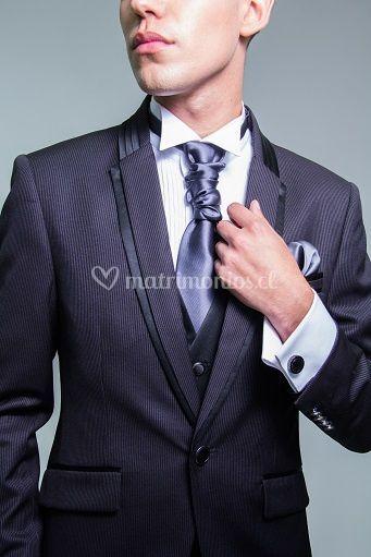 Detalle traje y corbatín
