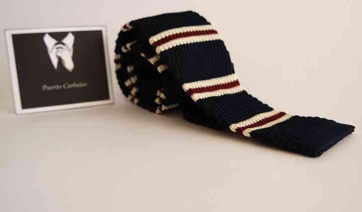 Corbata tejida con relieve.