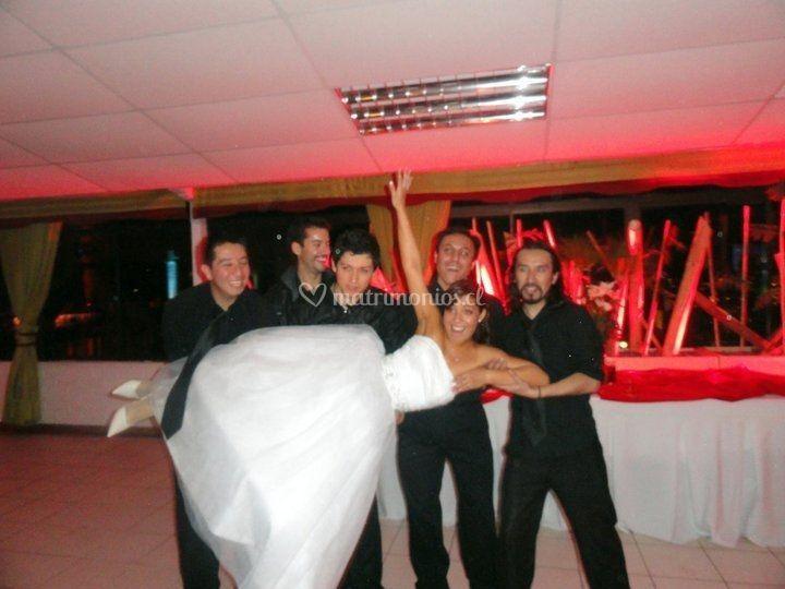 La novia junto a los músicos