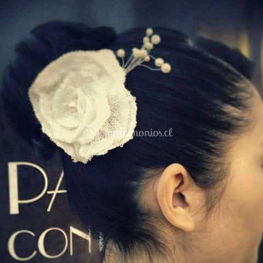 Flor con perlas en tela