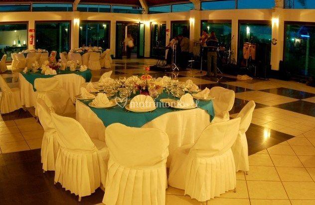 Mesa con mantel azul y blanco