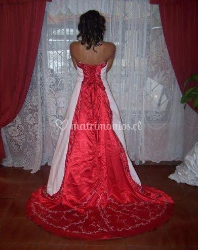 Vestido rojo por detrás