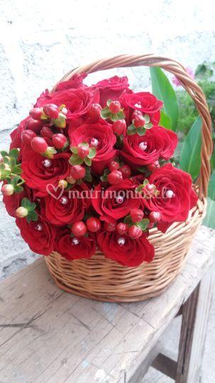 Rosas rojas y hipericum
