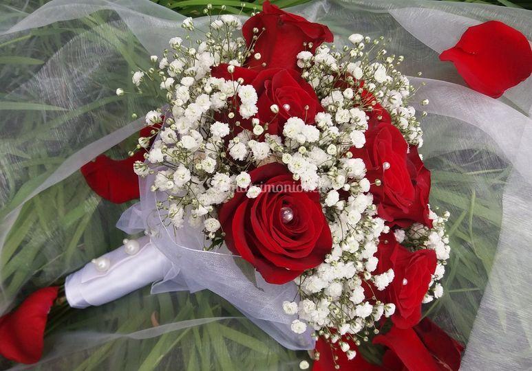 Rosas rojas, con perlas de río