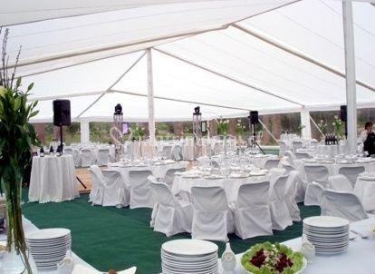 Mesas vestidas de blanco