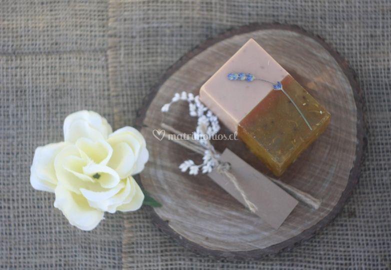 Jabón y etiqueta personalizada
