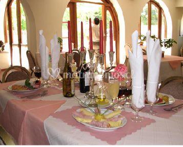 Mesa con servilletas en copas