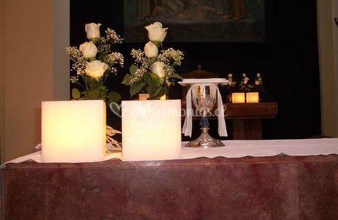 Rosas blancas en la iglesia
